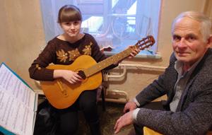 - девушка с гитарой